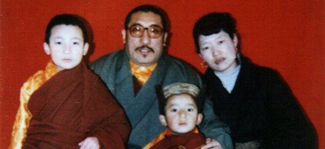 17. Karmapa (vasemmalla) isänsä Mipham Rinpochen, äitinsä Dechen Wangmon ja veljensä Sönam Tsemo Rinpochen seurassa