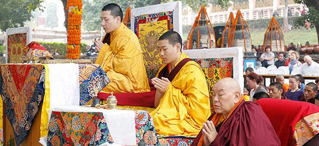 Karmapa johtaa seremonioita kagyü-mönlamissa Bodhgayassa