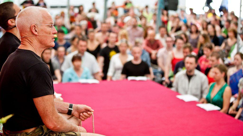 Lama Ole Nydahl Suomen ensimmäisellä phowakursilla Ahtelassa vuonna 2010