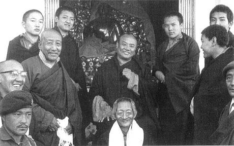16. Karmapa lähipiirinsä seurassa