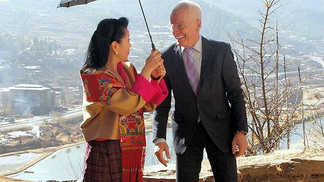 Hänen Majesteettinsa Tshering Yangdön, Bhutanin nykyisen kuninkaan Jigme Khesar Namgyel Wangchukin kuningataräiti, ja lama Ole Nydahl
