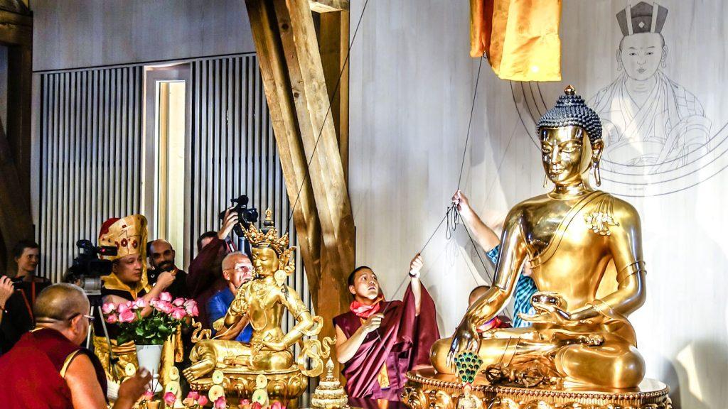 Tämä kuva on otettu 2.8.2015, jolloin H.P. 17. Karmapa Thaye Dorje vihki Eurooppa-keskuksen uudet tilat käyttöön. Tilaisuuteen osallistui yli 4 000 henkilöä.