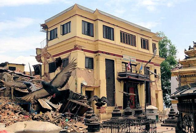 Shamarpan ja Karmapan Karma Raja Maha Vihara -luostari Swayambhun stupan vieressä Kathmandussa jäi maanjäristyksessä pystyyn mutta sai pahoja murtumia.