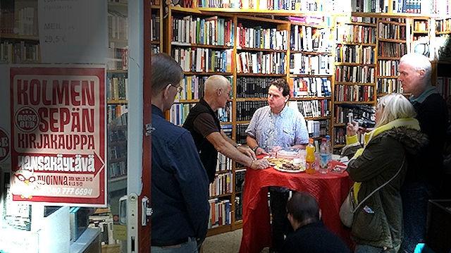 Lama Ole Nydahlin Suuri sinetti -kirjan suomennoksen julkistamistilaisuus järjestettiin 12.10.2013 Kolmen Sepän Kirjakaupassa – Helsingissä pidetyn mahamudrakurssin yhteydessä.