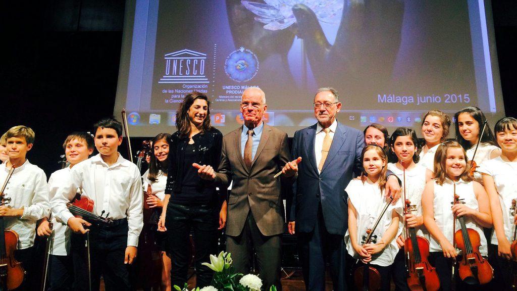 Lama Ole Nydahl, Unescon kulttuurien ja uskontojen välisen dialogin järjestön puheenjohtaja Lorenzo Rodriguez de la Peña ja tilaisuudessa esiintynyt Pro Musica ‑lastenorkesteri