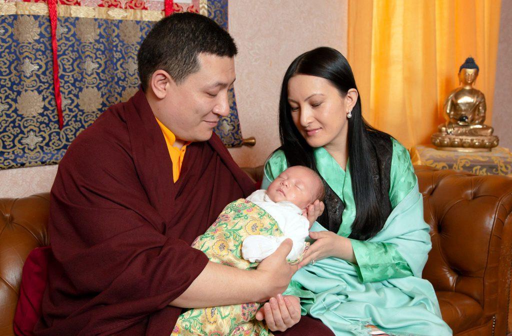 17. Karmapa yhdessä vaimonsa Sangyumlan ja heidän poikansa Thugseyn kanssa